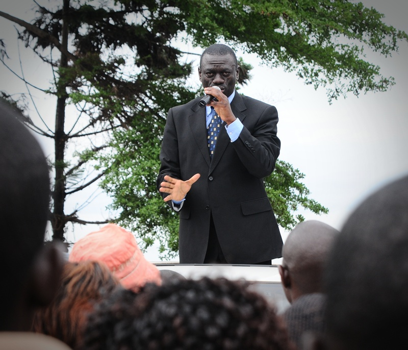 Kiiza Besigye in addresses a rally in Kigungu