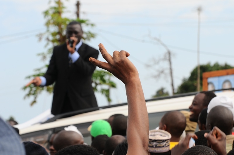 Yet another identy V-sign for Kiiza Besigye at Nkumba