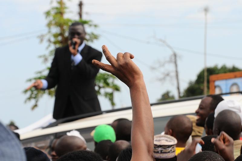 Yet another identy V-sign for Kiiza Besigye at Nkumba