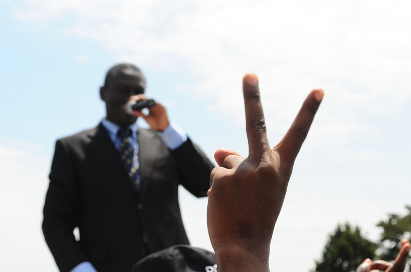 Flashing the V-sign in suport of Besigye at Kigungu, Entebbe