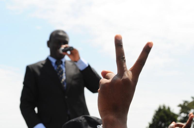 Flashing the V-sign in suport of Besigye at Kigungu, Entebbe