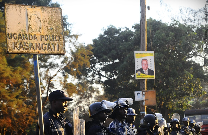 Ugandan anti-riot policemen stand guard outside Kasangati Police Station where Uganda's Forum for Democratic Change (FDC) leader Kizza Besigye was held after being arrested in Kampala, April 18, 2011.