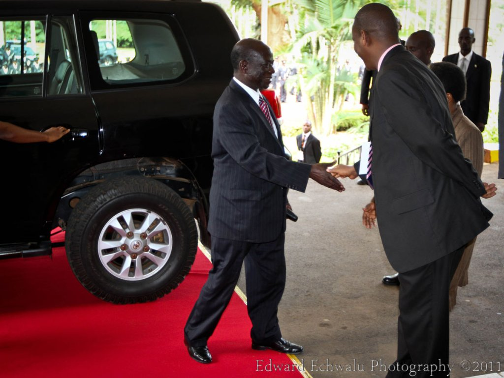 Edward Ssekandi on emerging out of his car is now welcomed by the Chief of Protocol with a handshake. The lines are drawn here. The Chief of protocol greets the VP while standing just outside the red carpet perimeter